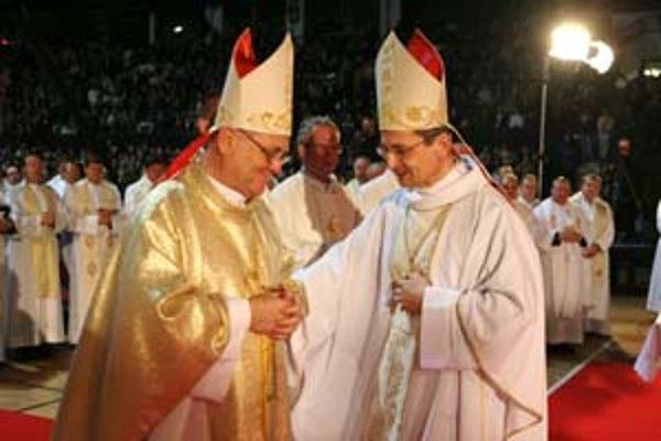 Tomáš Galis (vľavo) sa v sobotu oficiálne ujal funkcie žilinského biskupa. Inauguroval ho bratislavský arcibiskup Stanislav Zvolenský (vpravo) .