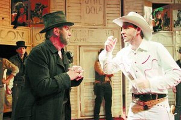 Ján Mistrík (vľavo) a Róbert Halák v inscenácii Limonádový Joe na bratislavskej Novej scéne.