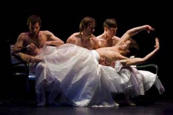 Záber z predstavenia Máriin sen v réžii a choreografii Petra Zusku.