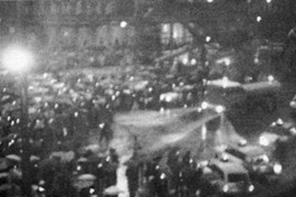 Polícia rozohnala ticho stojacich ľudí so sviečkami v rukách pomocou vody a obuškov.