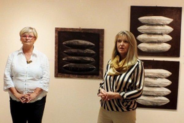 Vľavo vystavujúca výtvarníčka Dana Motusová-Melegová, vpravo kurátorka Dana Janáčková.