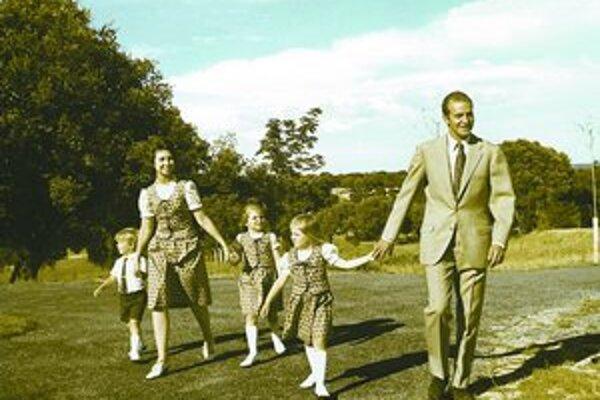 Kráľ Juan Carlos s rodinou dva mesiace po jeho vymenovaní za španielskeho kráľa a vlani pri návšteve španielskych enkláv na severe Afriky (dole).