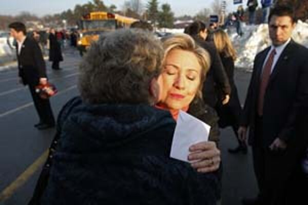 Hillary Clintonová stavila na osobný kontakt s voličmi. Tí mali včera o prvé primárky v New Hampshire obrovský záujem.