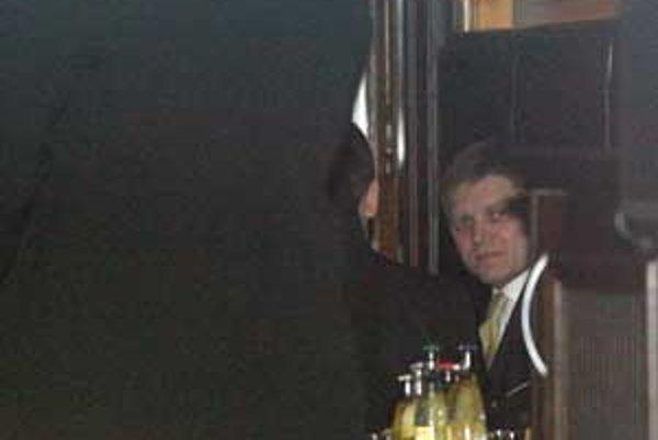 Premiér Robert Fico včera popíjal mojito na recepcii kubánskej ambasády.