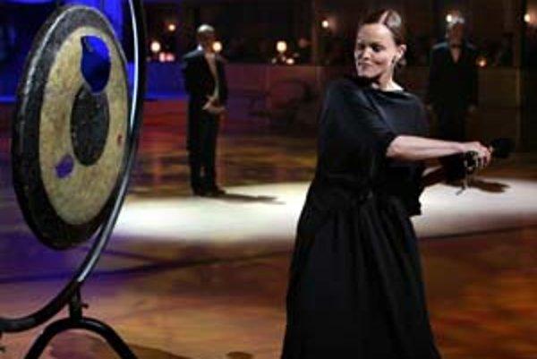 Tradičné otvorenie plesu tentoraz patrilo americkej speváčke Belinde Carlisle.
