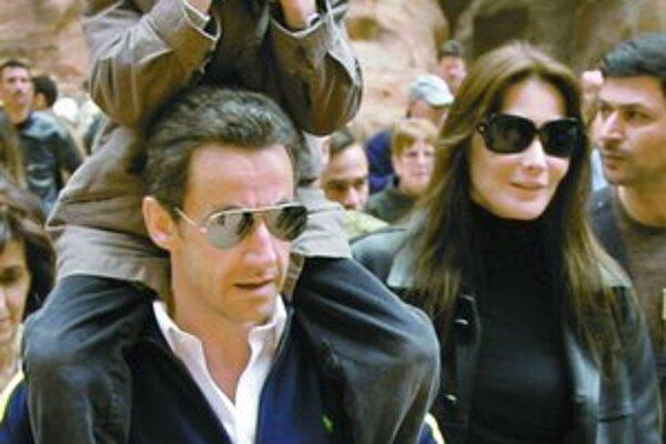 Na návšteve v Jordánsku už Sarkozyho sprevádzala Carla Bruniová. Jej syn si pred novinármi zakrýval tvár.