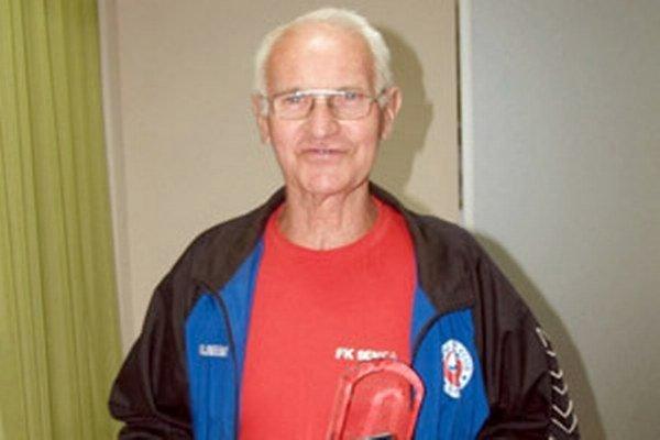 Pred piatimi rokmi bola Slovenským futbalovým zväzom udelená F. Huttovi strieborná medaila za zásluhy O rozvoj slovenského futbalu.