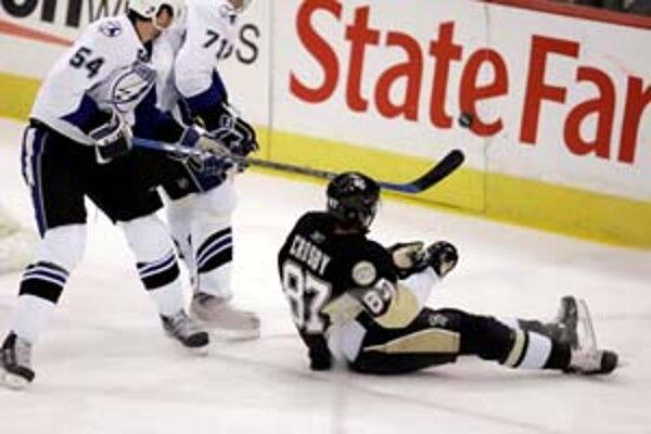 Útočník Pittsburghu Sidney Crosby po súboji s obrancami Tampy Paulom Rangerom (54), Filipom Kubom (71) spadol na ľad a nohami narazil do zadného mantinelu.