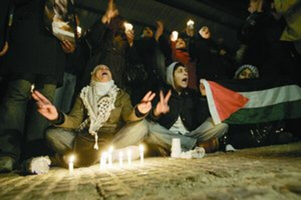 Palestínčania v chudobnom pásme Gazy si od nedele svietia sviečkami.
