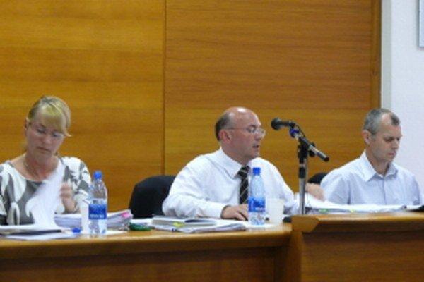 Senický primátor Ľubomír Parízek (uprostred)navrhol ponechať svoj plat na úrovni minulého roku.