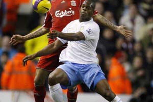 Slovák Martin Škrtel (vľavo) v súboji s Marlonom Harewoodom v zápase Liverpool - Aston Villa 2:2.