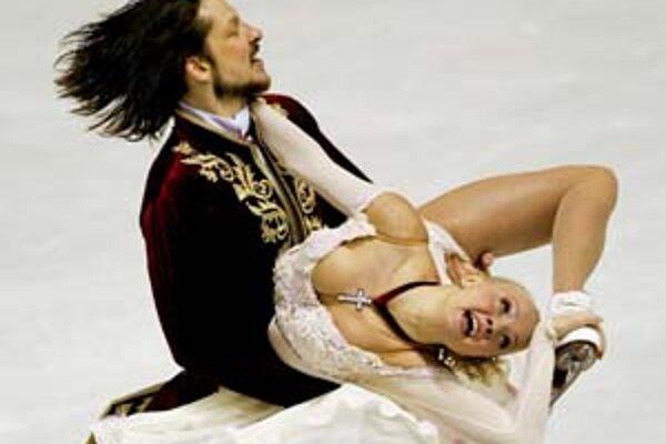 Oksana Domninová a Maksim Šabalin počas vystúpenia vo voľnom tanci.