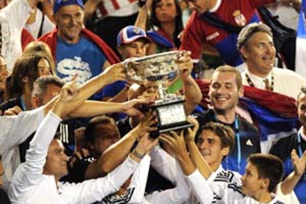 Aj rodina Novaka Djokoviča spolu s trénerom Mariánom Vajdom (schovaný za pohárom) si mohla poťažkať pohár pre víťaza Australian Open.