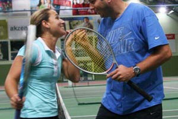 Po včerajšom tréningu v Národnom tenisovom centre bolo na kurte veselo, Dominika Cibulková si doberala trénera Vladimíra Pláteníka.