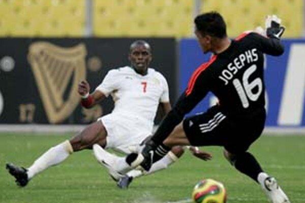 Senegalčan Henri Camara (vľavo) prekonáva brankára JAR Moeneeba Josephsa. Remíza 1:1 na postup nestačila ani jednému tímu. Na Africkom pohári dohrali.