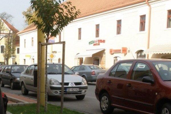 V centre sa dá parkovať aj pozdĺž hlavnej cesty.