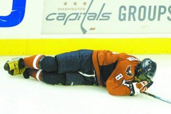 Hviezda Washingtonu Alexander Ovečkin na ľade s piatou zlomeninou nosa v kariére. Zdvihol sa, zašili ho a dohral.