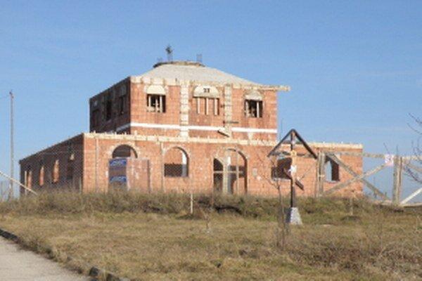 Hrubá stavba pravoslávneho chrámu v Holíči.