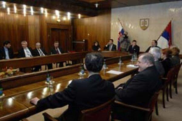 Premiér Robert Fico odmieta sedieť pri politických diskusiách v televízii pri jednom stole s politikmi opozície. Včera si s nimi za jeden stôl sadol, ale nepodarilo sa mu ich presvedčiť, aby hlasovali za Lisabonskú zmluvu.
