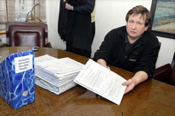 Advokát Milan Sedlák má na stole sedemnásť žalôb.