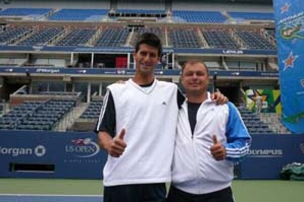 Novak Djokovič s Mariánom Vajdom na centrálnom dvorci v Melbourne. Na snímke dole je tréner s víťaznou trofejou.