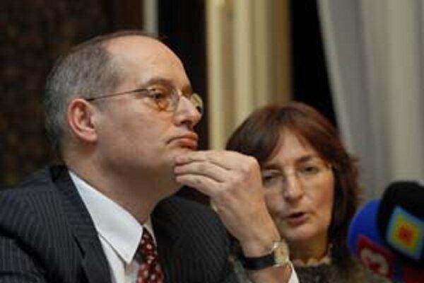 Zástupca OBSE pre slobodu médiíí Miklós Haraszti našiel zatiaľ pochopenie skôr medzi opozičnými poslancami.