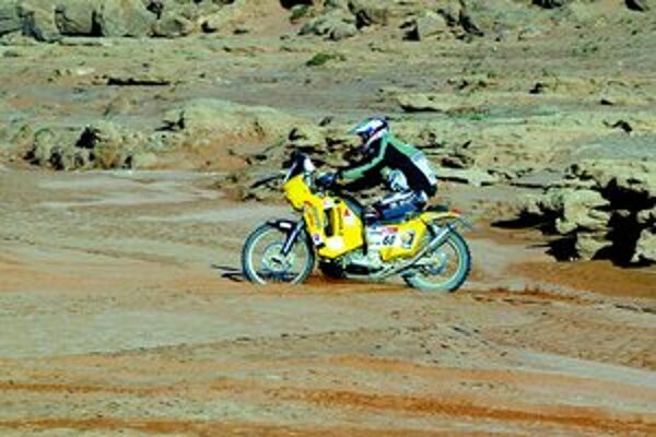 Jaroslav Katriňák letí saharskou púšťou počas vlaňajšieho ročníka Rely Dakar.