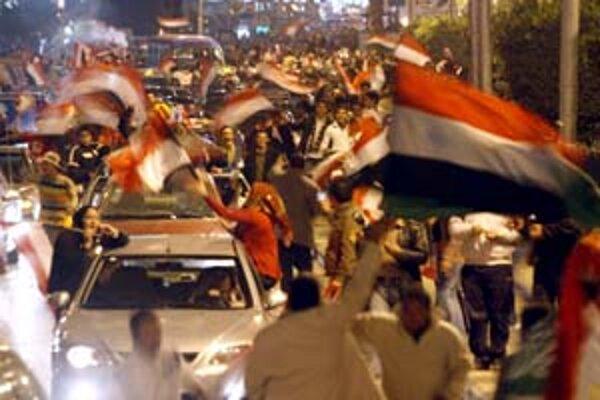 Egyptskí fanúšikovia oslavujú v uliciach Káhiry africký titul futbalovej reprezentácie.