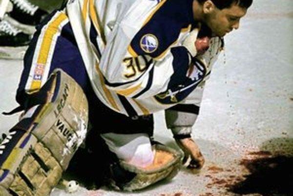 Najhoršia chvíľa v kariére brankára Clinta Malarchuka – útočník súpera mu korčuľou zasiahol krk.