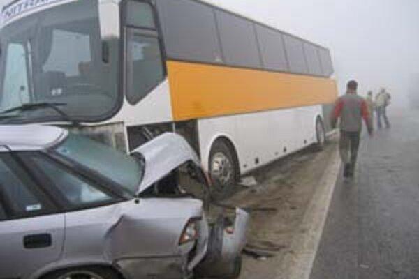 Autobus, ktorý dostal šmyk, narazil do niekoľkých áut. Jedno tlačil pred sebou, ostatné odhodilo.