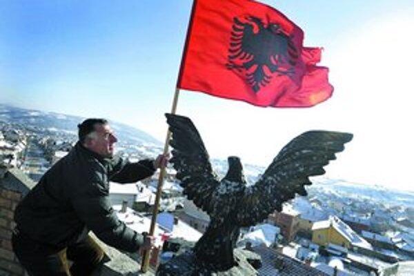 Kosovskí Albánci včera oslavovali vyhlásenie nezávislosti od Srbska. Belehrad sa bývalej provincie odmieta vzdať.