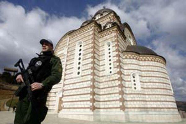 Na sever od rieky Ibar v Kosovskej Mitrovici nikto včera neoslavoval. Pre najväčšiu menšinu je Kosovo stále srbské. Kostol svätého Dimitrija či klášor Sokolice (vľavo dole) včera strážili vojaci NATO.