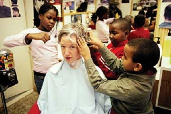 """Performancia Haircuts by Children (Nechajte sa ostrihať deťmi) sa svojou metaforou """"testujeme vašu odvahu a vieru v budúcnosť"""" stala leitmotívom vancouverského festivalu."""