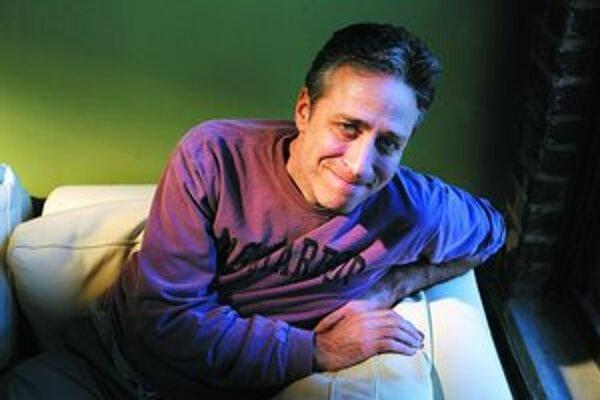 Jon Stewart by najradšej oddychoval. Kvôli štrajku na svojej šou dlho pracoval sám. Ale rozhodol sa potiahnuť aj Oscara.