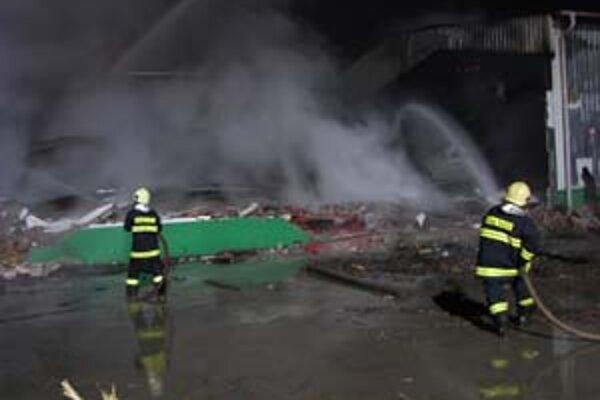 Hasičom sa požiar podarilo lokalizovať po približne dvoch hodinách.