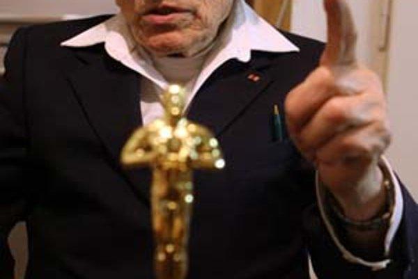 Adolf Burger (90) vo svojom byte so soškou Oscara.