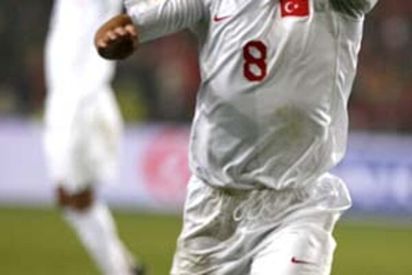 Nihat Kahveci sa teší z gólu, ktorý znamenal cenné víťazstvo 2:1 Turecka v Nórsku. Ak Turci dnes zdolajú doma Bosnu a Hercegovinu, kvalifikujú sa na ME 2008.