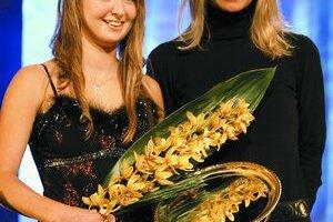 Vivien Juhászová (vľavo) s cenou Talent roka 2007 na Slovensku. Odovzdávala jej ju bývalá tenistka Henrieta Nagyová.