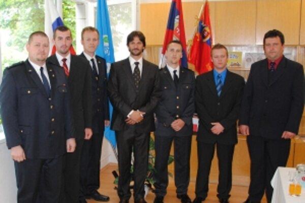 Ocenení hasiči s ministrom vnútra.