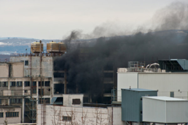Hustý čierny dym sa valil z areálu bývalej hodvábky.