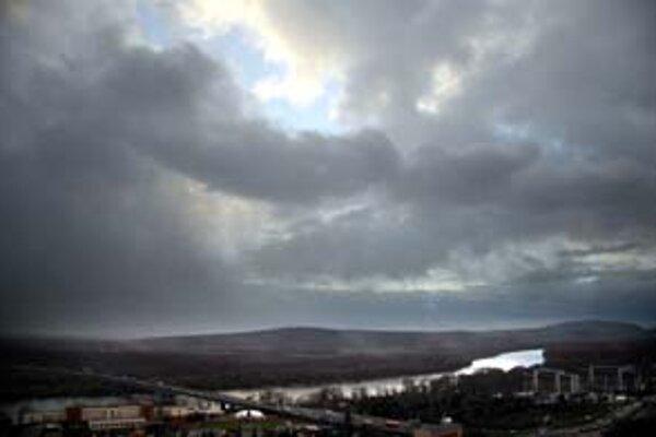 Ľudia žijúci v nižších polohách Slovenska nemali v posledných dňoch pekné počasie. Nevideli slnko a mrzlo.