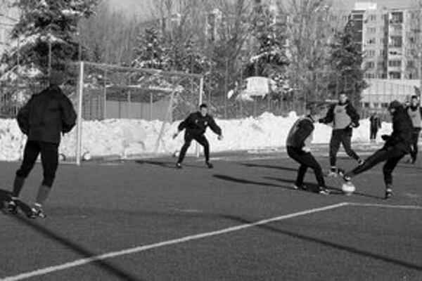 Futbalisti MFK Košice v akcii na prvom tréningu na umelom trávniku ihriska na Užhorodskej ulici.