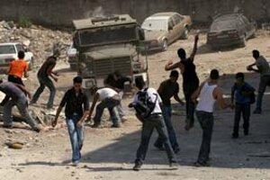 Nepokoje sa z Gazy preniesli aj na západný breh Jordánu. Mladí Palestínčania sa počas izraelskej vojenskej akcie v utečeneckom tábore v Nábuluse bránili kameňmi.