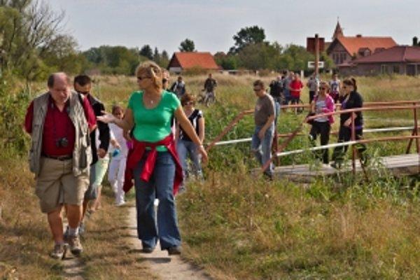Slávnostné otvorenie náčného chodníka. V popredí Ján Babnič, predseda Klubu českých turistú, a Helena Sedláková, predsedníčka Klubu slovenských turistov Holíč.