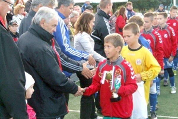 Družstvo FK Senica na čele s kapitánom Markom Totkom preberá z rúk viceprezidenta SFZ Jozefa Paršu strieborné medaily.