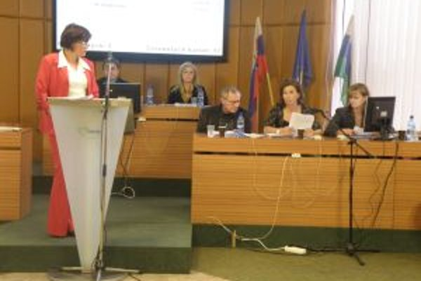Kontrolórka Ľubica Čikošová odpovedá na otázky poslancov.