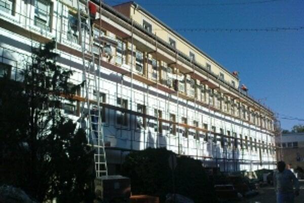 Súčasťou rekonštrukcie je kompletná výmena okien na hlavnej budove.