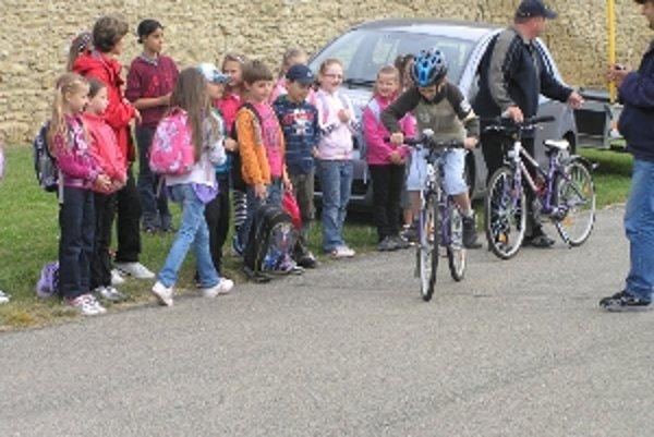 Praktická časť sa sústredila na ovládanie jazdy na bicykli.