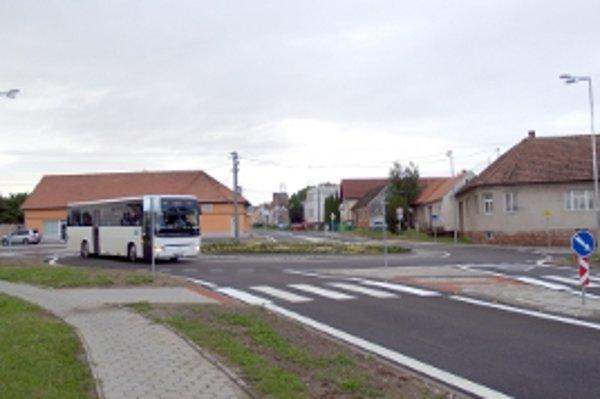 Nový kruhový objazd v Gbeloch. Doprava bude pružnejšia.