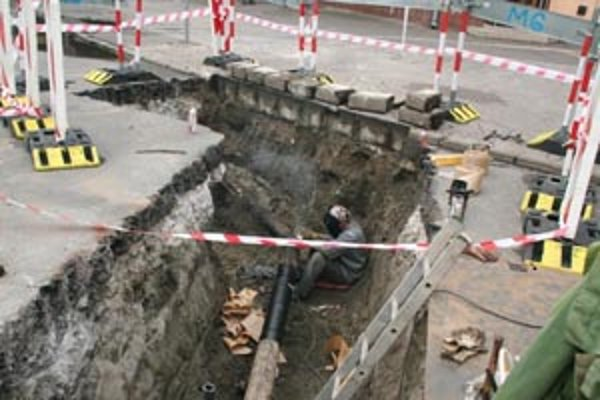 Staršie potrubie potrebuje neodkladnú opravu.
